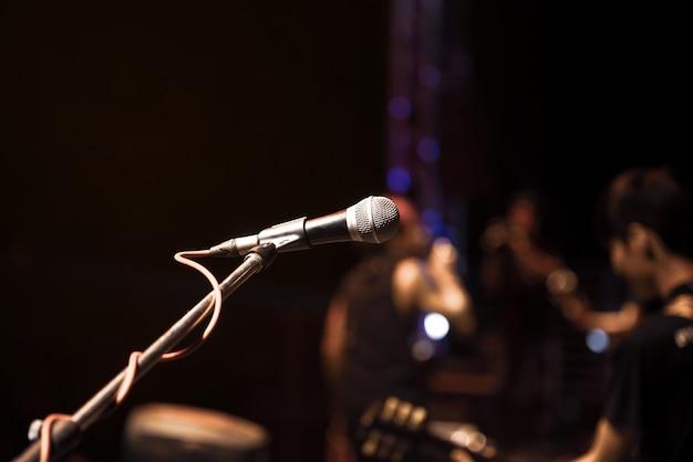 Gros plan du microphone sur le musicien Photo Premium