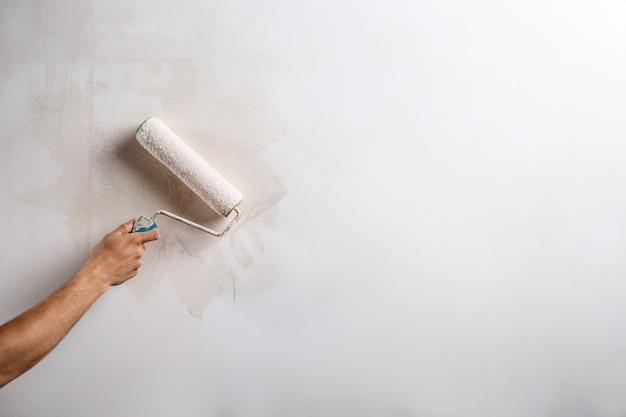 Gros Plan Du Mur De Peinture à La Main Avec Rouleau. Photo gratuit
