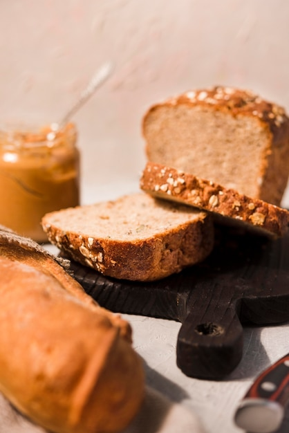 Gros Plan Du Pain Fait Maison Avec Du Beurre D'arachide Photo gratuit