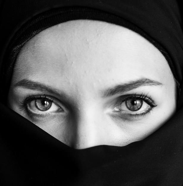 Gros plan du portrait de femme islamique Photo gratuit