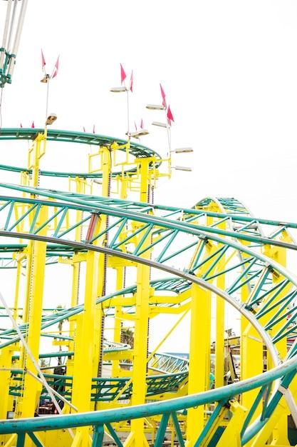 Gros plan du rail de montagnes russes au parc d'attractions Photo gratuit
