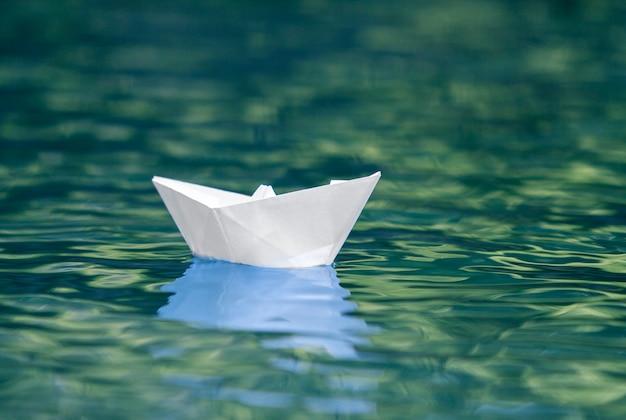 Gros Plan Du Simple Bateau En Papier Blanc Petit Origami Flottant Tranquillement Dans La Riviere Bleue Claire Ou L Eau De Mer Sous Le Ciel D Ete Brillant Photo Premium