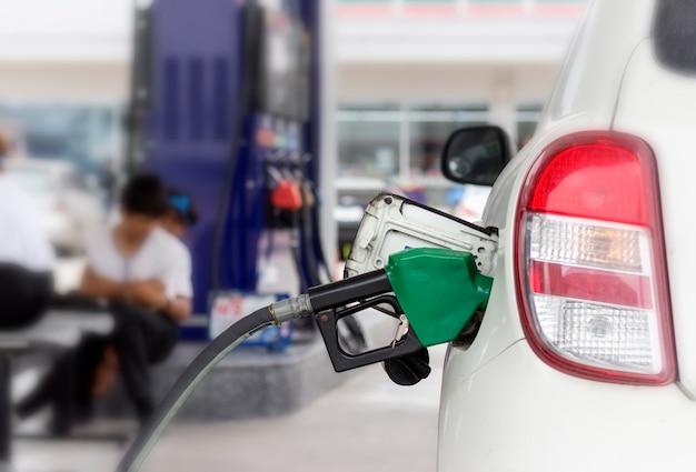 Gros plan du système de surveillance du carburant ravitaillement en carburant à la station-service. Photo Premium