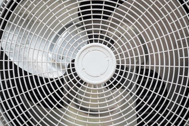 Gros plan du ventilateur du compresseur de climatisation. Photo Premium
