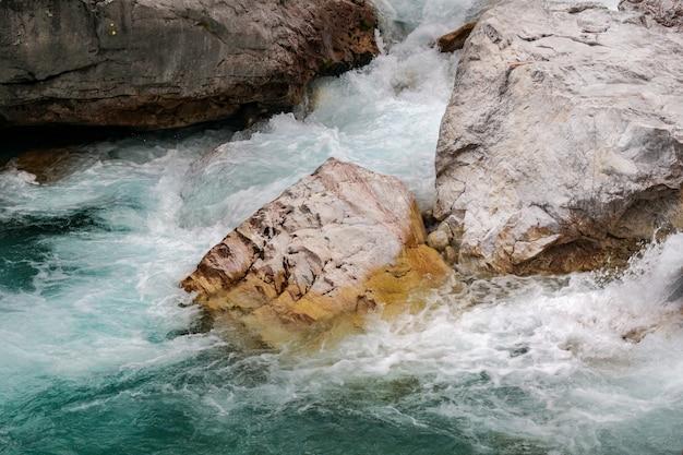 Gros Plan De L'eau Frapper Les Rochers Dans Le Parc National De La Vallée De Valbona En Albanie Photo gratuit