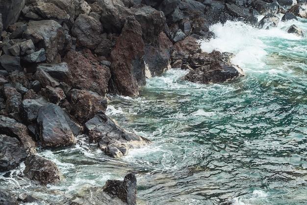 Gros plan, eau ondulée, à, rocheux, rivage Photo gratuit
