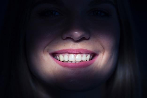 Gros plan, de, a, éclairé, dents, femme Photo gratuit