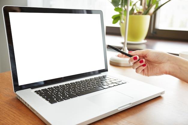Gros Plan De L'écran D'ordinateur Portable Blanc Vierge Photo gratuit
