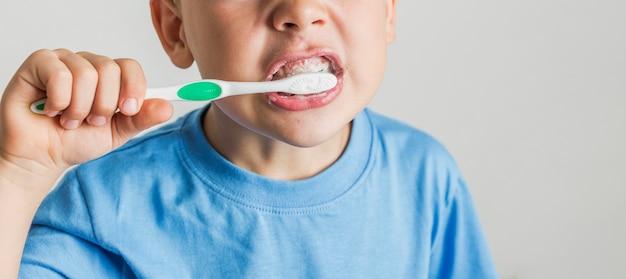 Gros plan enfant mignon se brosser les dents Photo gratuit