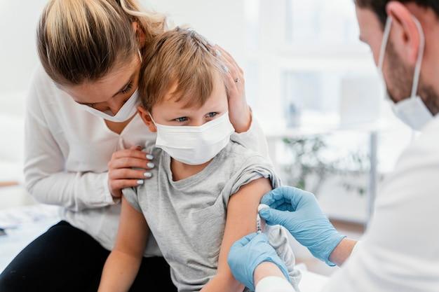 Gros Plan Enfant Se Faire Vacciner Photo gratuit