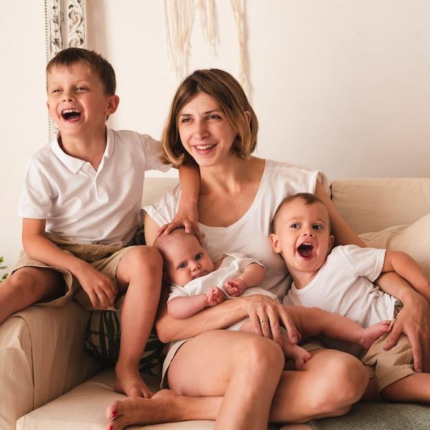 Gros plan des enfants et de la mère Photo gratuit