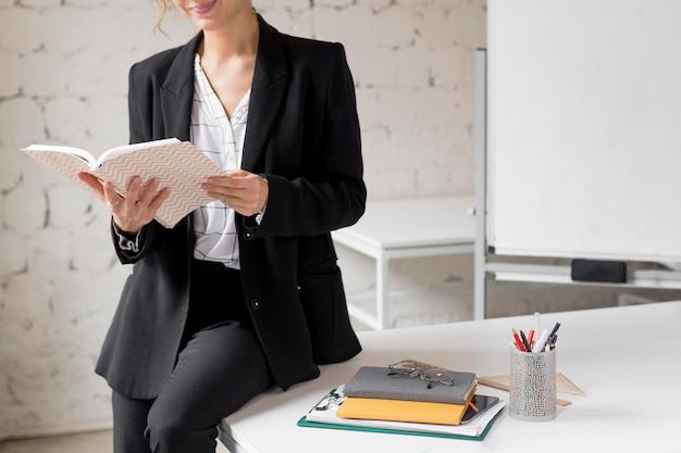 Gros Plan, Enseignant, Tenue, Livres Photo Premium
