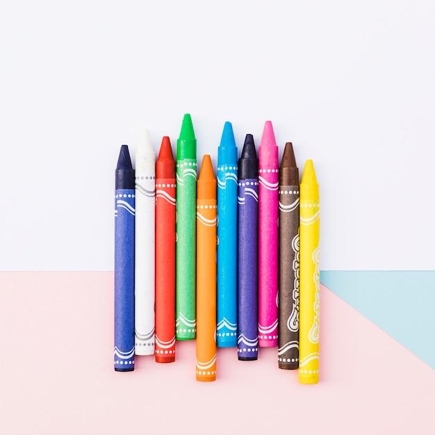 Gros plan ensemble de crayons colorés Photo gratuit