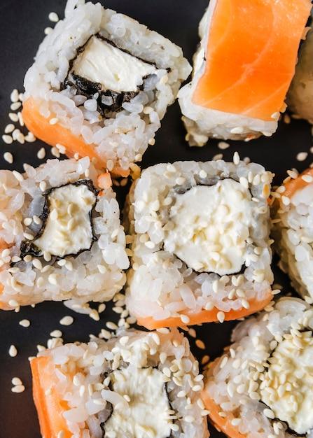 Gros plan extrême de sushi avec des graines Photo gratuit