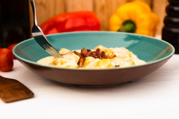 Gros plan, fait maison, délicieux, pâtes ravioli, à, parmesan Photo gratuit