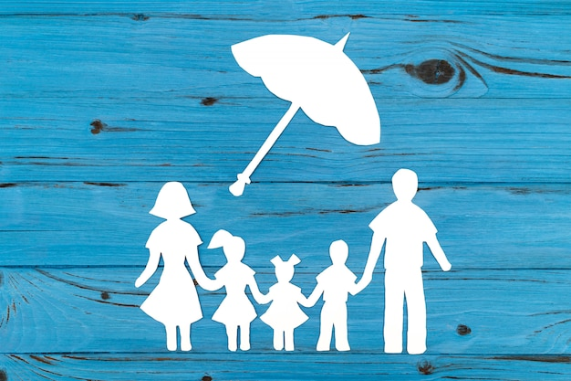 Gros Plan De La Famille De Papier Heureux Sur Fond Bleu Photo Premium