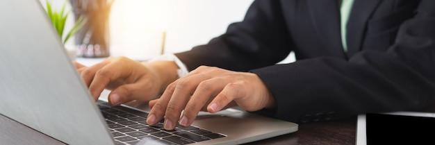Gros Plan De Femme D'affaires Dans La Suite à L'aide D'un Ordinateur Portable. Femme Travaillant Sur Ordinateur Portable Sur Une Table De Travail Photo Premium