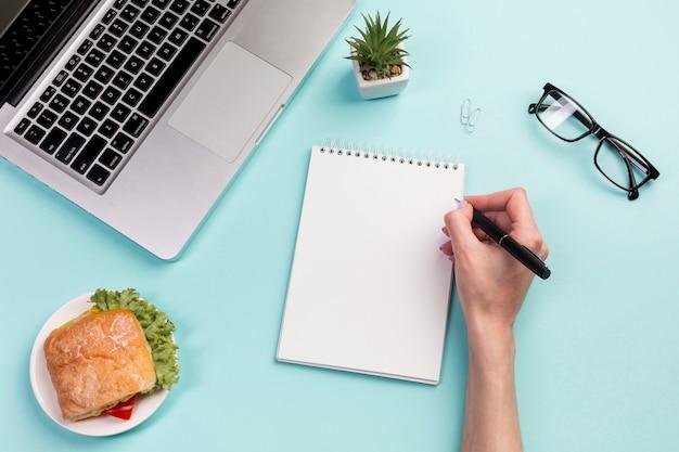 Gros plan, femme affaires, écriture, spirale, bloc-notes, stylo, bureau, bureau Photo gratuit