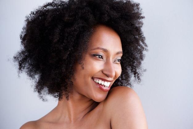 Gros plan, femme africaine, épaules nues, sourire Photo Premium