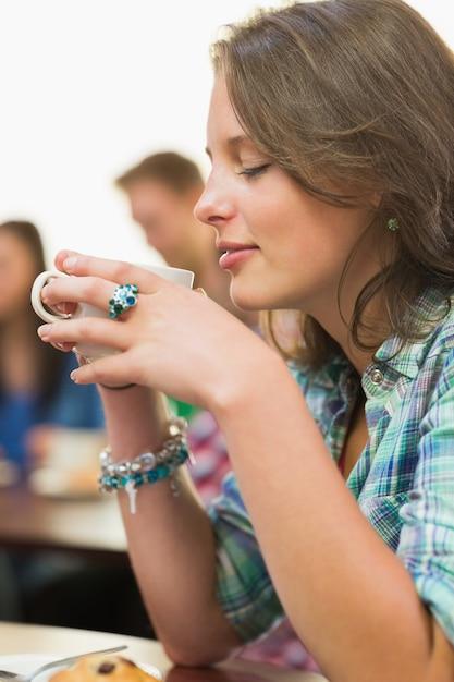 Gros Plan, De, Femme, Avoir, Café, Et, Muffin, à, Café-restaurant Photo Premium