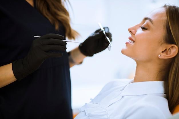 Gros plan, femme, bouche ouverte, pendant, examen oral, chez, dentiste Photo Premium