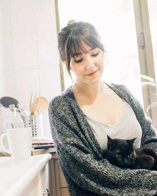 Gros plan, femme, chaton, cuisine Photo gratuit