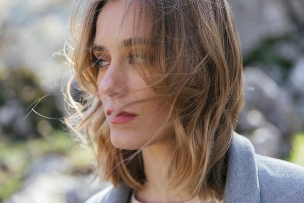 Gros plan femme avec les cheveux en désordre Photo gratuit