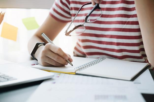 Gros plan, de, femme, ou, comptable, tenue, crayon, travail, sur, rapport financier Photo Premium
