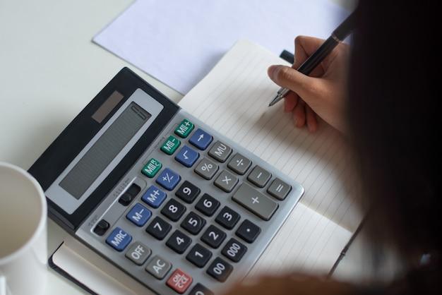 Gros plan, femme, compter, chiffres, pendant, préparation, taxe Photo gratuit