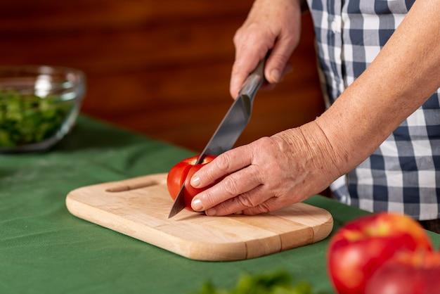 Gros plan, femme, couper, tomates Photo gratuit