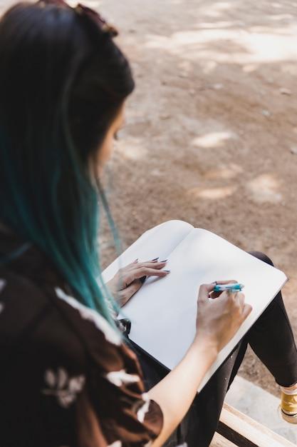 Gros plan, femme, croquis, cahier, stylo Photo gratuit