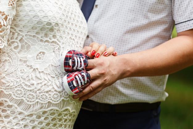 Gros plan, femme enceinte, mari, tenue, bébé, chaussures Photo Premium