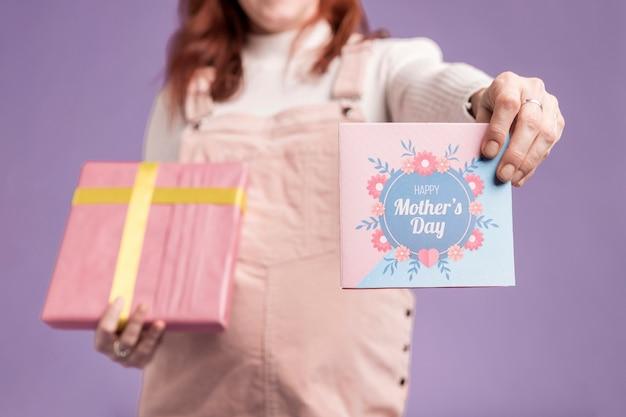 Gros Plan, Femme Enceinte, Projection, Cadeau, Et, Carte Voeux Photo gratuit