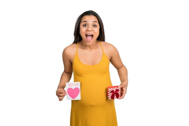 Gros Plan, De, Femme Enceinte, Tenue, Carte Voeux, Et, Boîte Cadeau Photo gratuit
