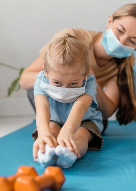 Gros Plan Femme Et Enfant Portant Des Masques Faciaux Photo gratuit
