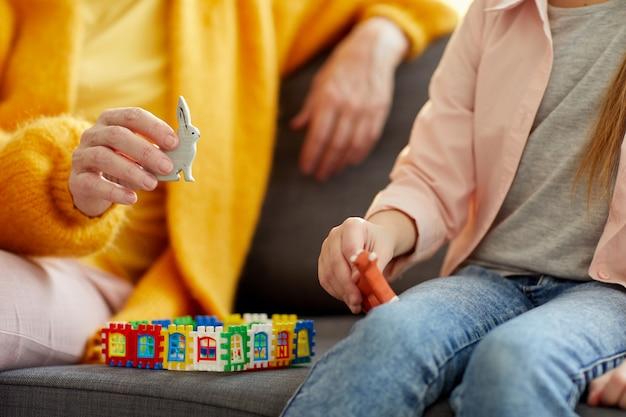 Gros Plan De Femme Jouant Avec Un Enfant Photo Premium