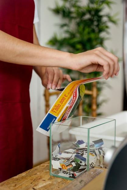 Gros plan, de, a, femme, main, déchirer, papier, sur, transparent, verre, récipient Photo gratuit