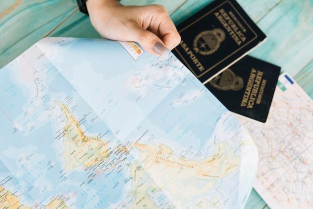 Gros plan, de, femme, main, tenue, carte, et, passeports Photo gratuit