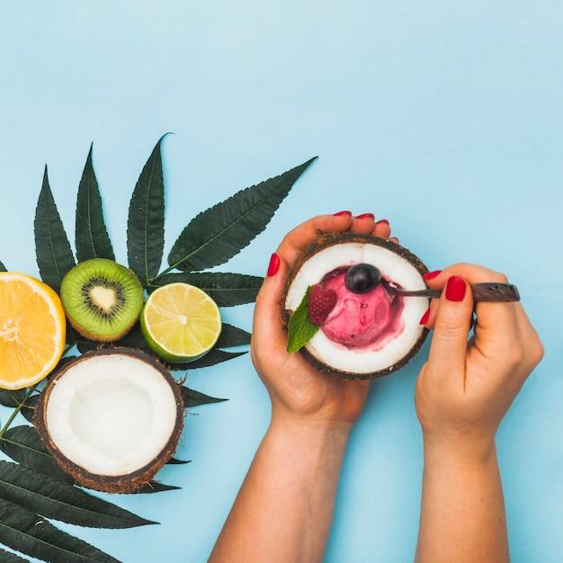 Gros plan, femme, main, tenue, fruit, glace congelée, intérieur, noix noix coco Photo gratuit
