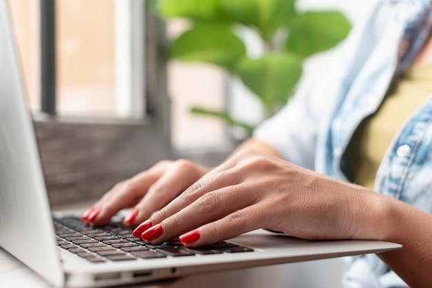 Gros plan, femme, mains, ordinateur portable Photo gratuit
