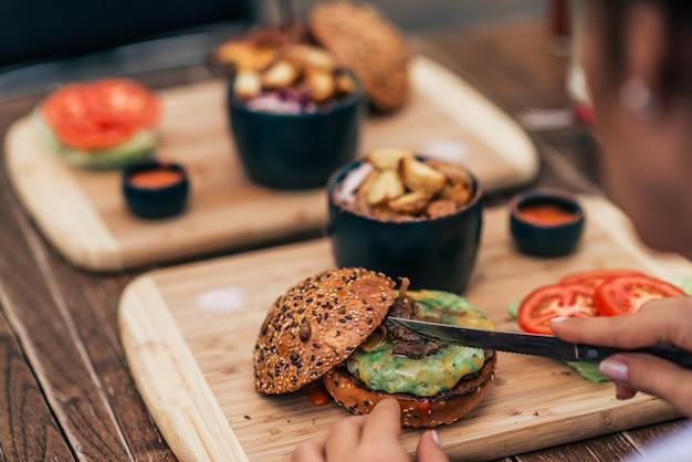Gros plan, de, femme, manger, délicieux, fast food. Photo Premium