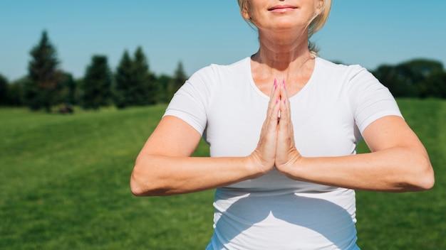 Gros plan, femme, méditer, dehors Photo gratuit