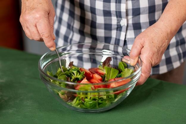 Gros plan, femme, mélange, salade Photo gratuit