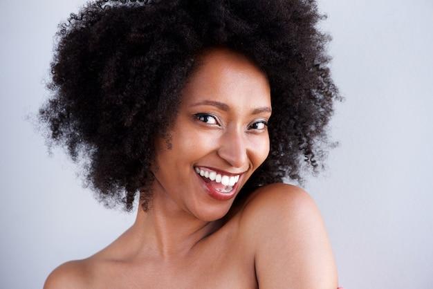 Gros plan, femme noire, à, épaules nues, sourire, sur, fond gris Photo Premium