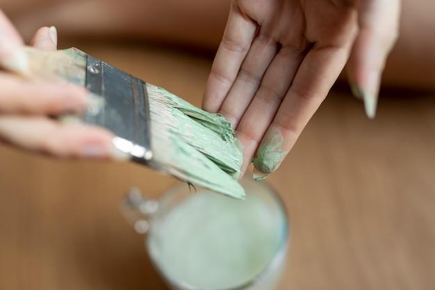 Gros plan, femme, à, peinture verte Photo gratuit