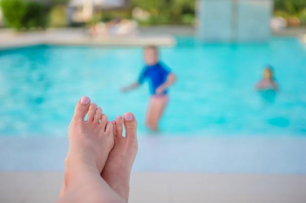 Gros plan, femme, pieds, piscine Photo Premium