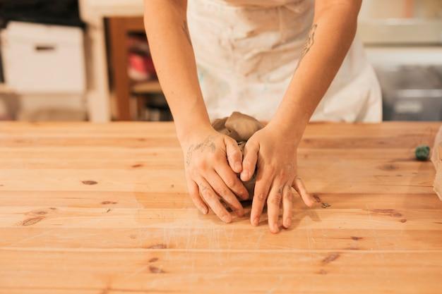 Gros plan, femme, potier, main, pétrir, argile, table, atelier Photo gratuit