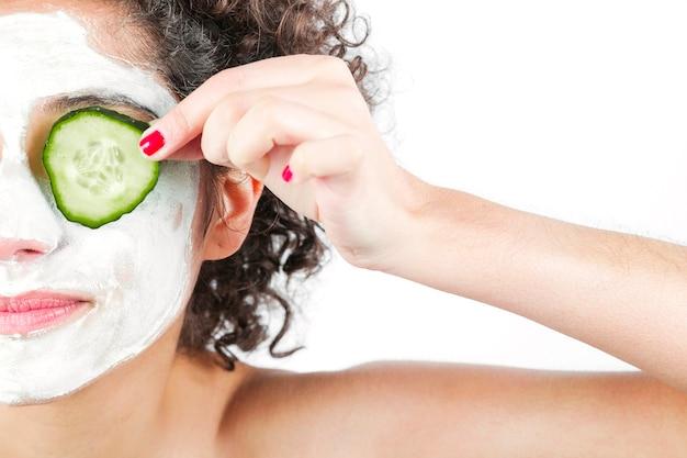 Gros plan, femme, profond, nettoyage, masque nourrissant, tenue, concombre, yeux Photo gratuit
