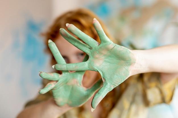 Gros plan, femme, projection, paumes peintes Photo gratuit
