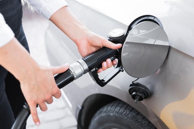 Gros plan, femme, remplissage, réservoir essence Photo gratuit